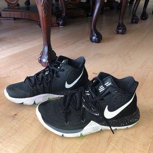Girls/Women's Kyrie Irving Basketball Sneaker